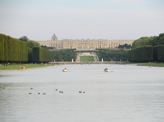 Context Paris Tours :                   View of the palace from the far end of the lake