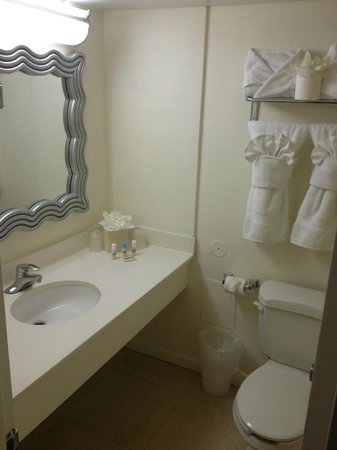 Deauville Beach Resort: bathroom