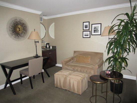 Cupertino Inn: Sala de estar en la entrada de la habitación
