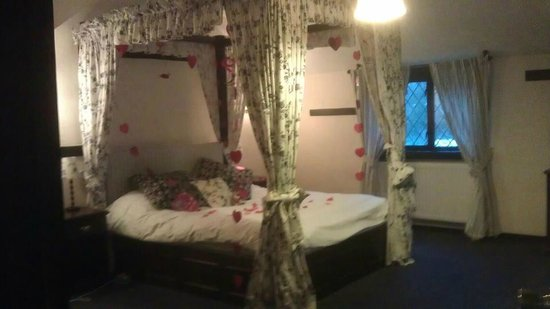 Regency Hotel Gatwick:                   bridal suite