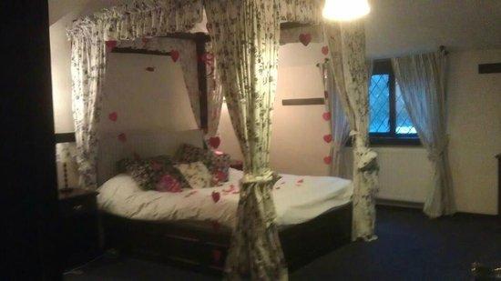 Regency Hotel Gatwick :                   bridal suite