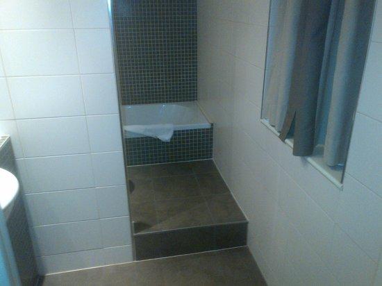 Hotel Chambord:                   salle de bains très propre