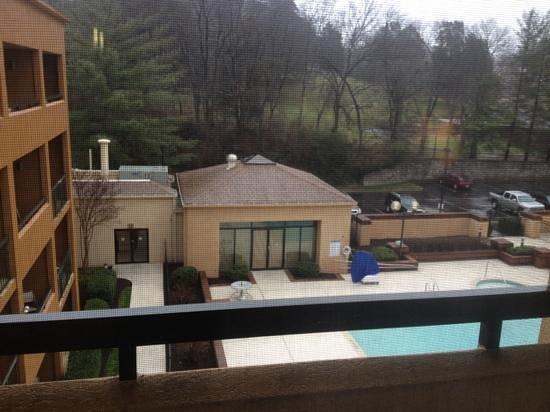 Courtyard Nashville Airport :                   balcony overlooking the pool