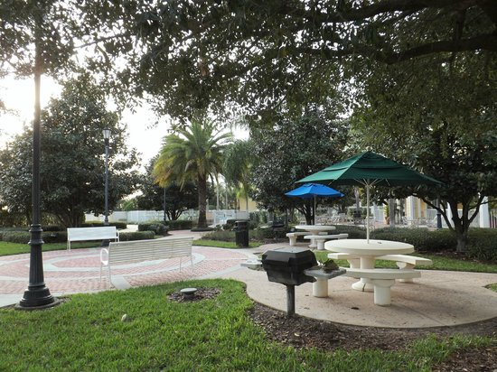 Residence Inn Orlando at SeaWorld: Barbecues in court yard