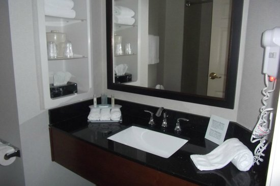 Holiday Inn Express Columbia I-26 at Harbison Boulevard:                   Bathroom