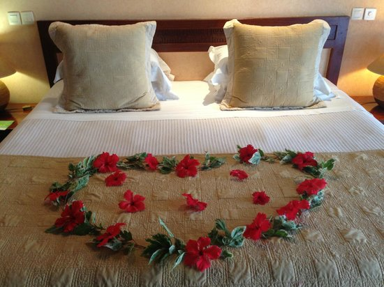 Manava Beach Resort & Spa - Moorea:                   Flowers on bed for honeymoon