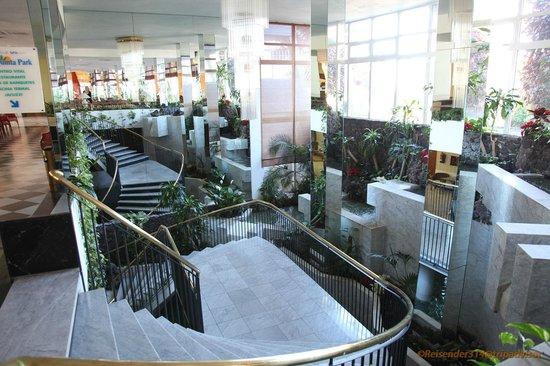 Lobby Treppe zum Restaurant und Spa