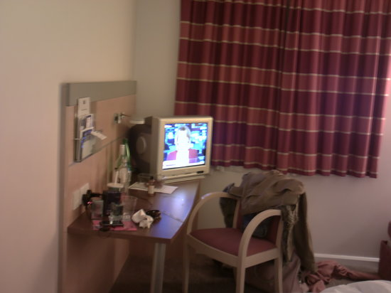 Holiday Inn Express Newcastle City Centre : Room with 'tube' TV