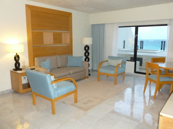 Park Royal Cancun:                   Our living room, very clean