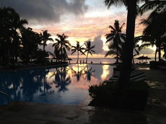 Sugar Beach Golf & Spa Resort:                   Coucher de soleil sur l'une des piscine de l'hotel