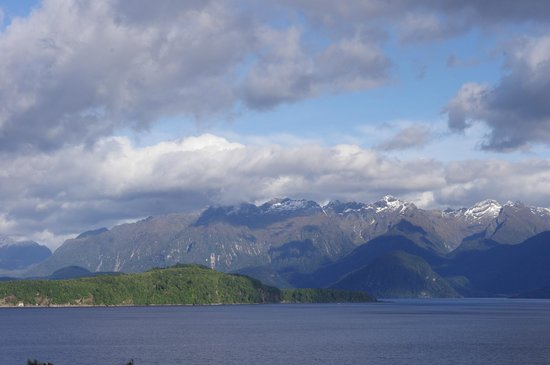 Manapouri Lakeview Motor Inn:                   Amazing view from our room. You could lay on your bed and see this!