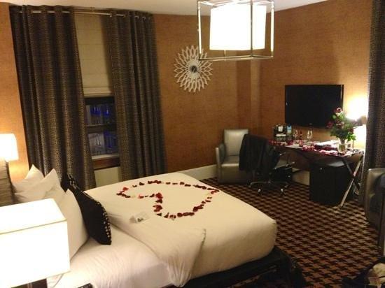 Ameritania Hotel:                   corner deluxe room 905