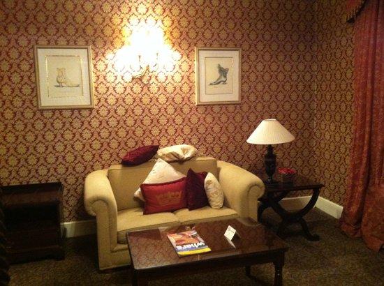 The Leonard Hotel: coin canapé dans la chambre