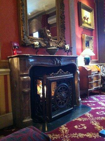 The Leonard Hotel: coin cheminé dans le salon dans l'entrée de l'hôtel