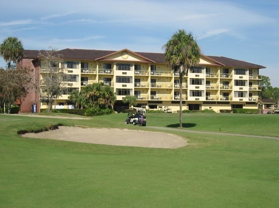 Quality Inn and Suites Golf Resort: Hotel view from golf course