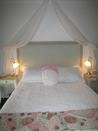 Allara Homestead Bed & Breakfast: Vintage rose
