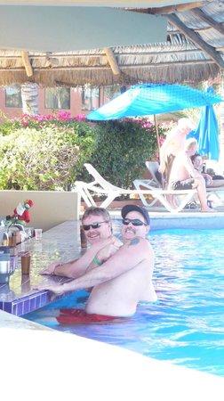 هوليداي إن ريزورت لوس كابوس أول إنكلوسف:                   the boys at the swim up bar.                 