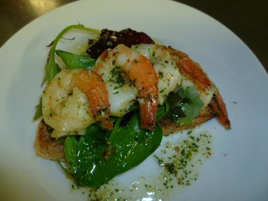 Gilcrux, UK: Garlic Tiger prawns on croute with baby salad leaves