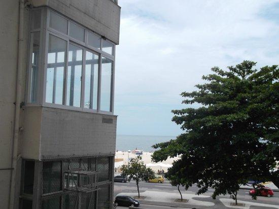 تيوليب إن كوباكابانا:                   foto tirada da sacada do quarto lateral que fiquei,na frente a praia de Copaca
