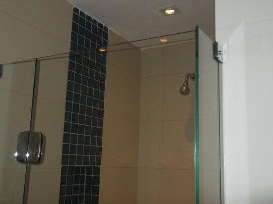 Tulip Inn Rio Copacabana:                   Banheiro reformado,box do chuveiro um pouco pequeno,mas dá perfeitamnte um del