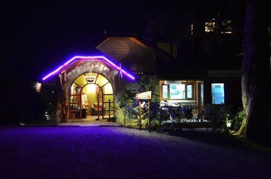 Charming - Luxury Lodge & Private Spa:                   La recepción del Hotel de noche