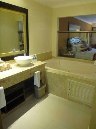 El Dorado Royale, by Karisma:                   OUR BATHROOM AND HOT-TUB