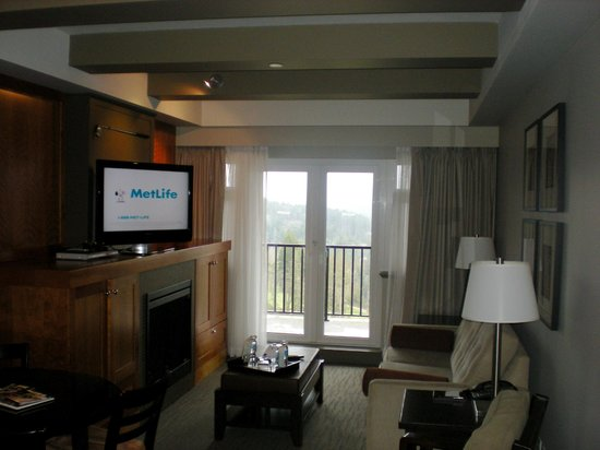 Westin Bear Mountain Victoria Golf Resort & Spa:                   The living area view from kitchen