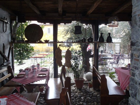Hotel Tradita Geg & Tosk:                   Porch of guest house
