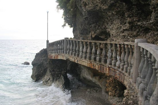 Antulang Beach Resort:                   Weg entlang den Klippen