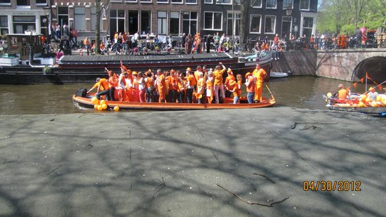 ‪هوتل سيباستيانز: Boatfull of people celebrating Queens Day from Hotel Balcony‬