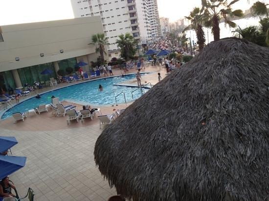 Barcelo Colon Miramar:                                     vista de la piscina y algo de la ciudad