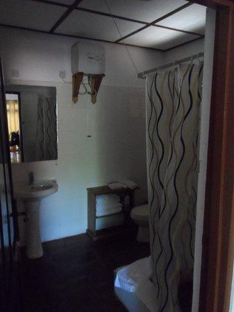 Afia Beach Hotel:                   Bathroom