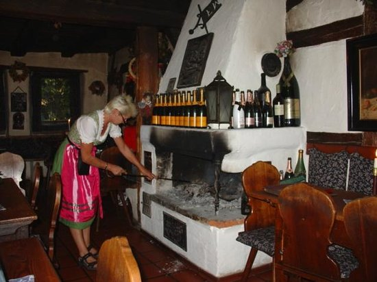 Altfrankische Weinstube: Fire tending in the dining room