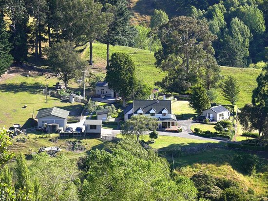 Rangitikei Farmstay:                   farm buildings & accommodation from viewing point