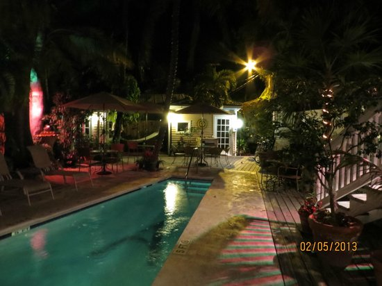 ‪‪Andrews Inn and Garden Cottages‬:                   Pool by night