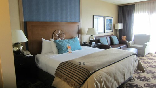 Prescott Resort & Conference Center : Comfortable bed in spacious clean room with great views.