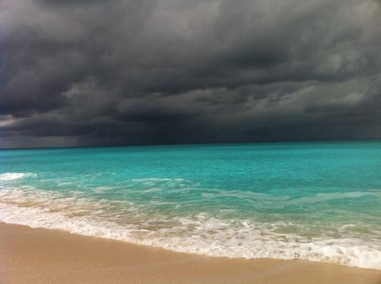 San Salvador:                   eh oui parfois il y pleut! mais au large...
