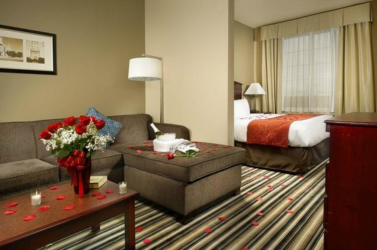Comfort Suites Waco North: King Suite with Romance Package