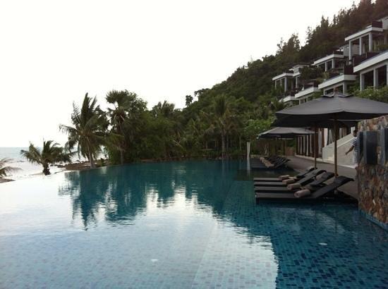 คอนราดเกาะสมุยรีสอร์ทแอนด์สปา:                   Conrad koh Samui pool side