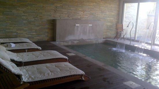 Costa Colonia Riverside Boutique Hotel:                                     Pileta climatizada con chorros de agua
