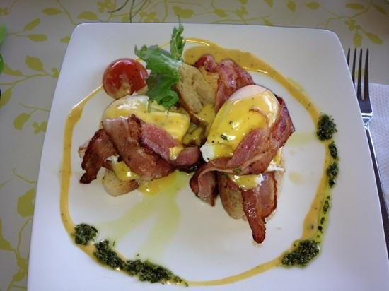 Picnic Cafe:                   eggs benedict with bacon