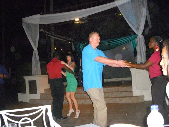 ‪‪Majestic Elegance Punta Cana‬:                                     funjestic team dancing with the guests