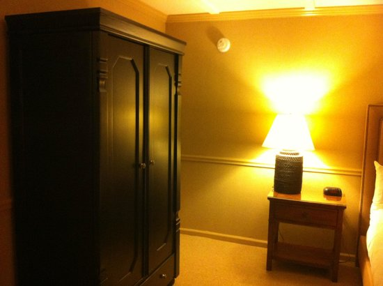 Inn at Lambertville Station: Armoire