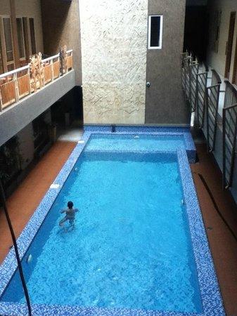 Rivavi Fashion Hotel:                   vanaf de gang naar beneden kijken het zwembad