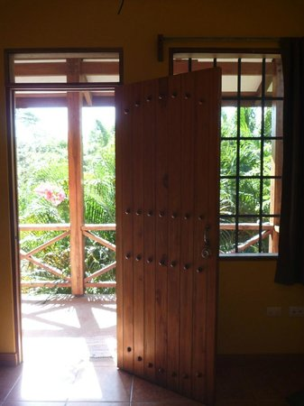 Cabinas Calocita: A view out the doors of a room.