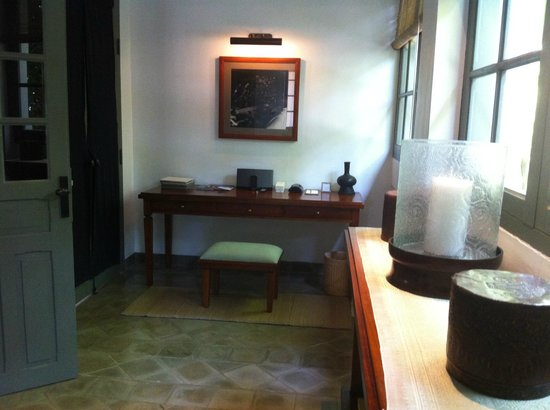 Hotel Amantaka: private library in the Amantaka suite