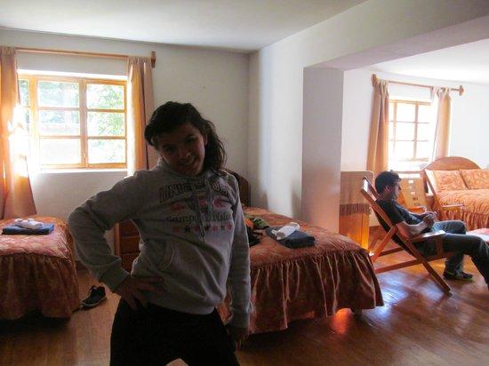 Apu Lodge: HABITACION MUY AMPLIA Y LUMINOSA