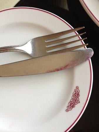 โรงแรมเอ็มเพรส:                   unused fork and knife
