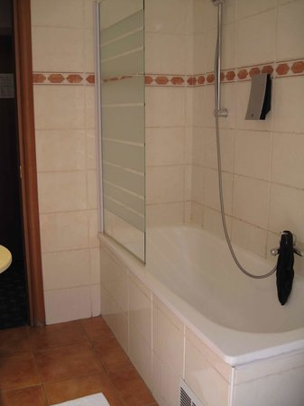 Univers Hotel:                   bathroom tub