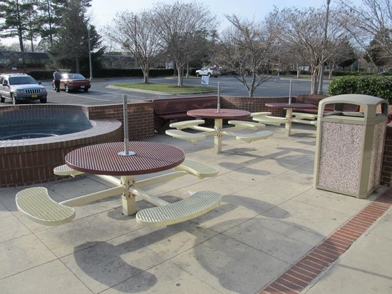 Goodberry's Frozen Custard: Outside seating